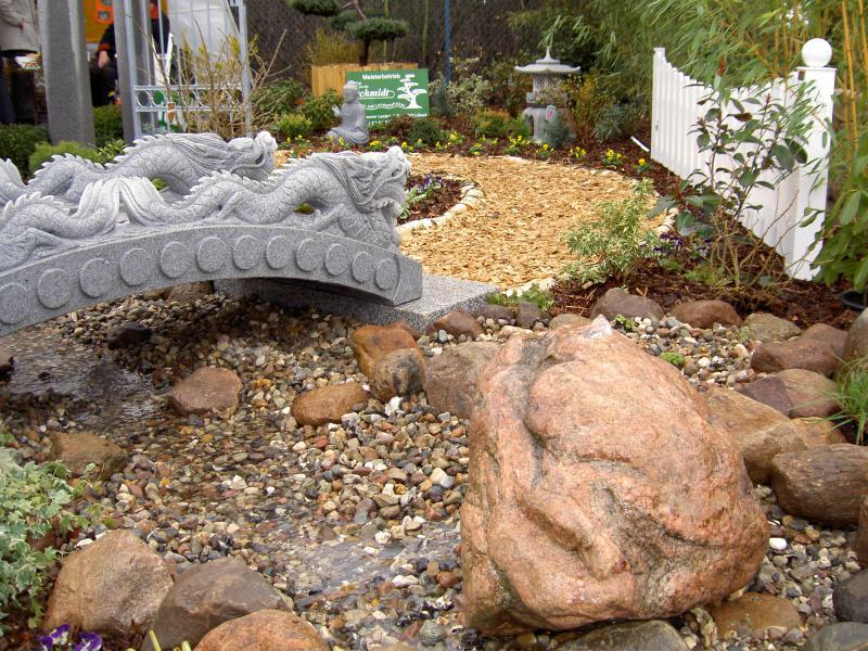 Naturstein Wolf - Granit Brunnen als Gestaltungsobjekt im Gala-Bau