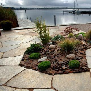 Gartengestaltung Mit Naturstein Mauern Wasserlaufe Und